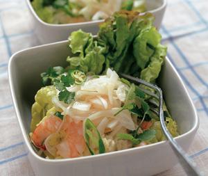 長方形の深いお皿に入ったサラダとフォーク
