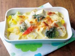 耐熱皿に豆腐と(3)を盛り合わせ、上にチーズとパン粉を散らし、オーブントースターで7~8分焼き色がつくまで焼く。