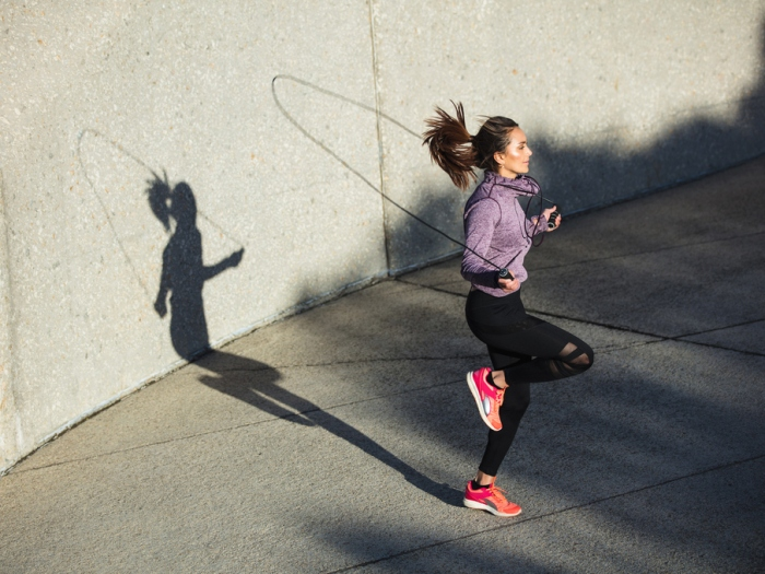 縄跳びしている女性