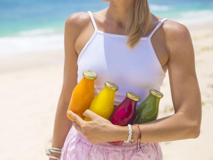 ジュース瓶を持っている女性の手元