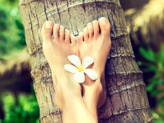足の上に白い花が乗っている足元アップ
