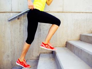 階段を登る女性