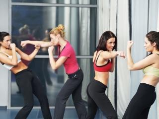 空手レッスンをしている女性たち