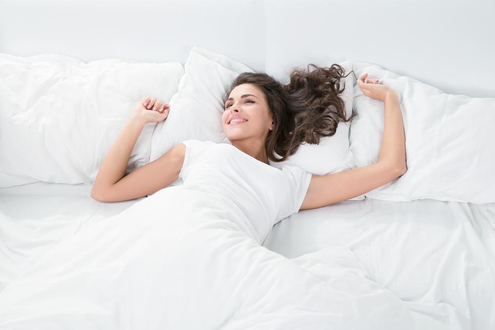 ベッドの中で動いている女性