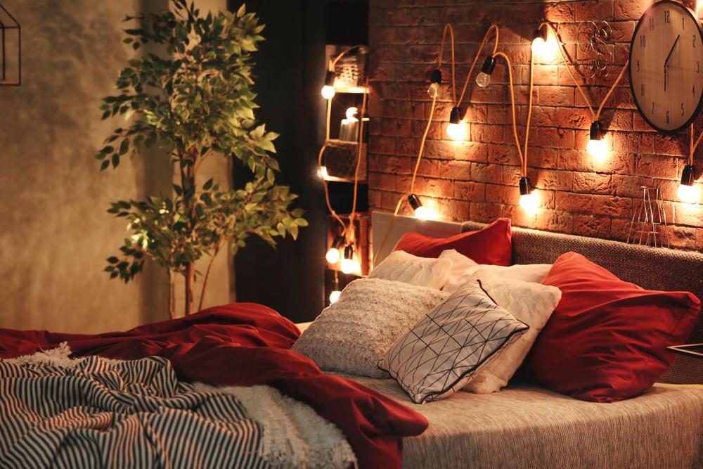 間接照明のベッドサイド