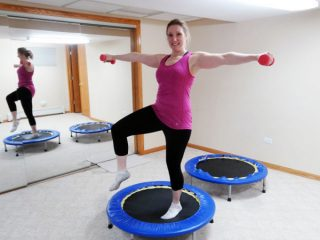 無重力感覚でラクに運動できる? アメリカで流行中のミニトランポリン