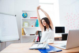こわばった肩や腰に!オフィスで簡単「ながら筋膜リリース」