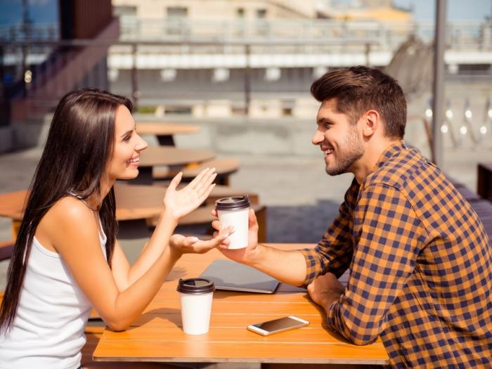 男女が話している画像