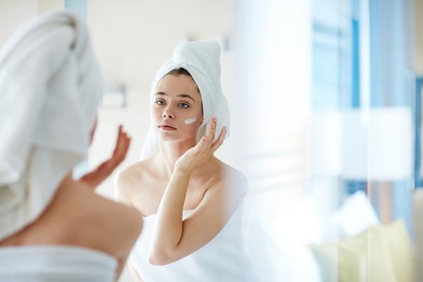 冨士真奈美さん「劣化知らずの秘訣は顔を洗わないこと」不摂生生活を送っていても美肌をキープする方法に驚きの声