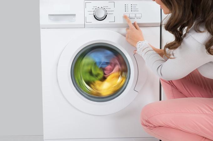 全自動洗濯機で洗濯する女性
