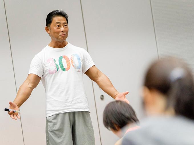 体づくりに必要な栄養について話す桑原弘樹先生