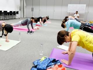 イベントでトレーニングを行う参加者の女性たち