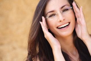 眼鏡のフレームで印象が変わる! プロが教える似合う眼鏡選びのポイント