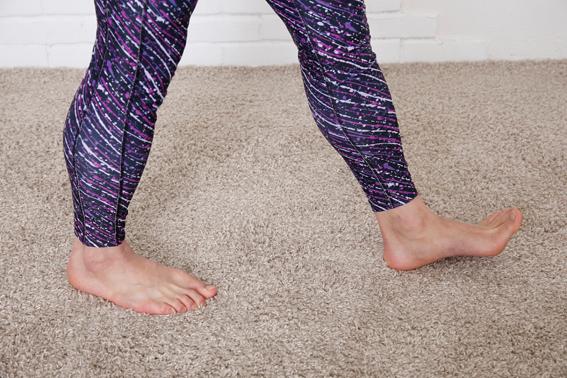 かかとかた着地している足のアップ