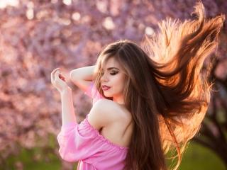 髪の毛が風になびく女性