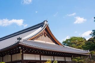 青空で屋根が瓦のお寺の写真
