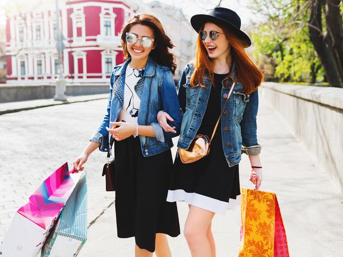 女性ふたりが楽しそうに買い物に出かけている
