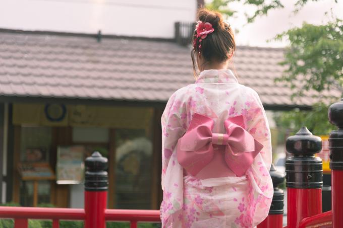 ピンクの着物を着ている女性の後ろ姿