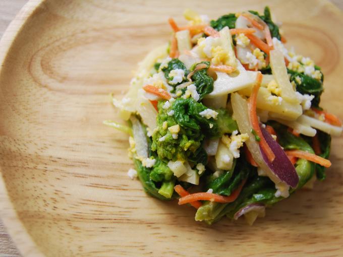 皿に盛られたサラダのアップの画像
