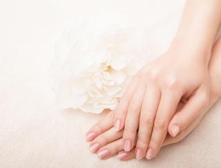 スマホを触りすぎると手が荒れる!? 皮膚科医直伝のハンドクリームの効果的な塗り方&選び方