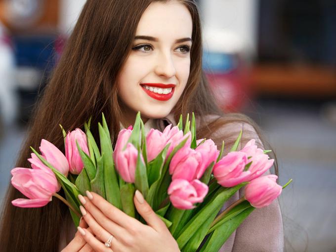 春の花束と女性