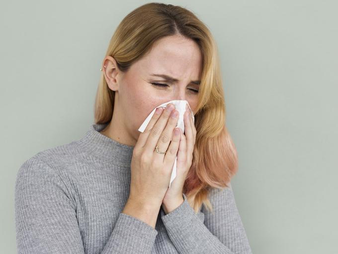 鼻炎に悩む女性