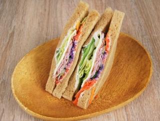 「神すぎる!?」ファミマ新作のサンドイッチ「全粒粉ボンレスハムとゴーダチーズ」が大好評