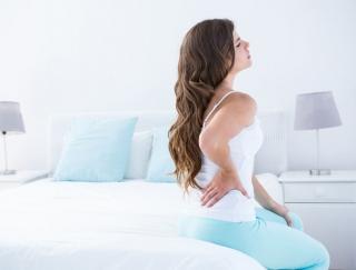 """腰痛の原因は""""寝返り""""にあった!? 朝方に腰痛が起こる仕組みと45秒で効く「寝たまま体操」のやり方"""