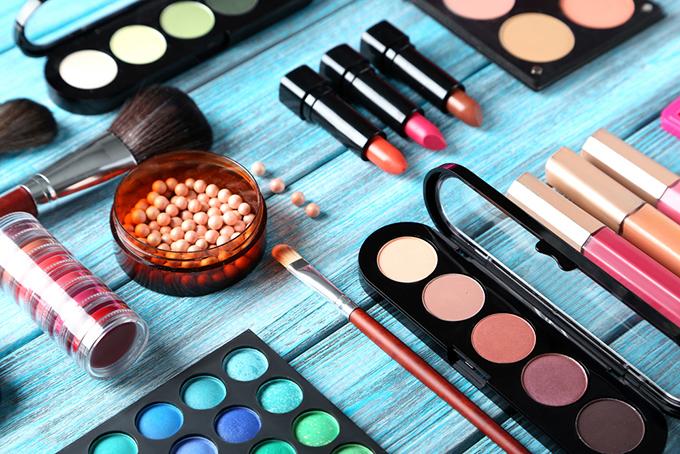 テーブルの上に化粧品が並んでいる画像