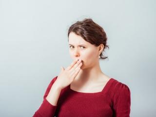 口臭を気にする女性