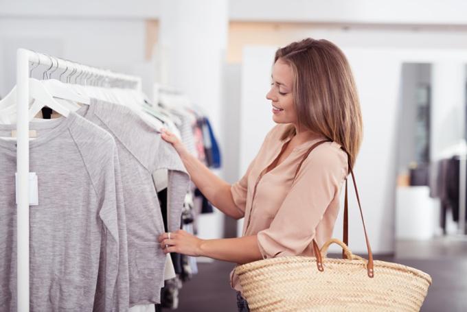 ショップで服選びをしている女性