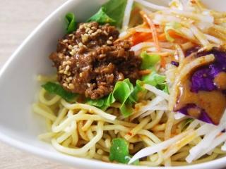 お皿に移した「RIZAP 担担風ラーメンサラダ」のアップ画像