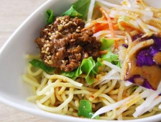 糖質50%オフの中華生麺使用! ファミマにRIZAPとの新コラボメニュー「担担風ラーメンサラダ」登場