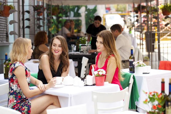 キレイな女性3人がカフェでティータイム