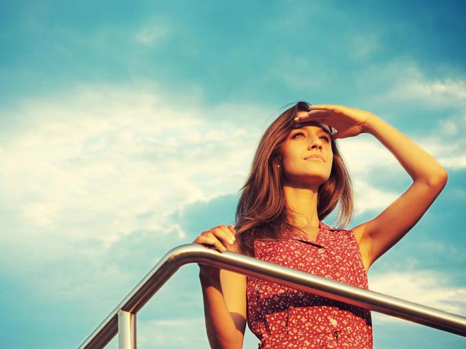 女性が遠くを眺めている画像