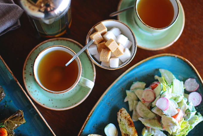 テーブルの上に紅茶の入ったカップ2つとサラダ