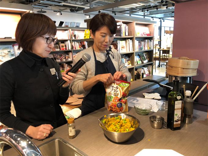 人気の料理研究家・ワタナベマキさんによる「腸活シリアルサラダ」づくりを見学