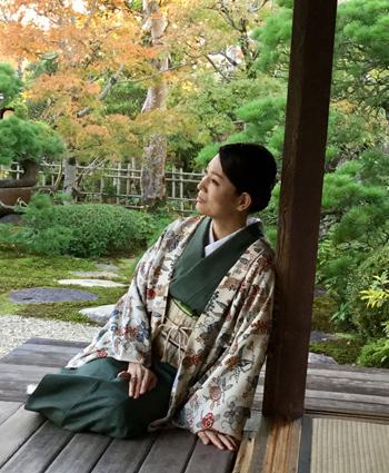 美容家岡江美希さんが着物姿でリラックス