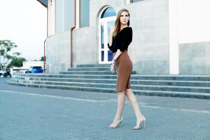タイトなスカートで街を歩く女性