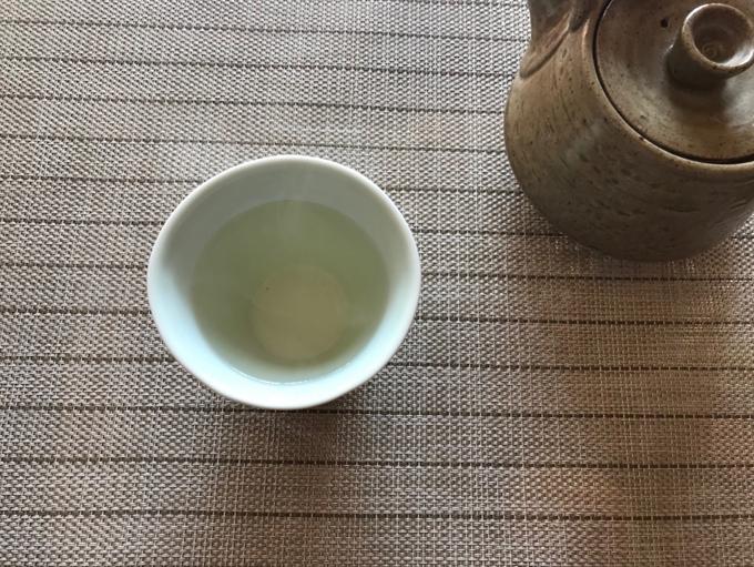 だしをカップに注いだところ。