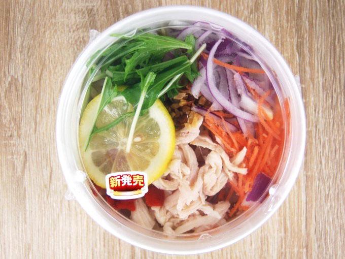 容器に入った「5種野菜と蒸し鶏のフォースープ」の画像