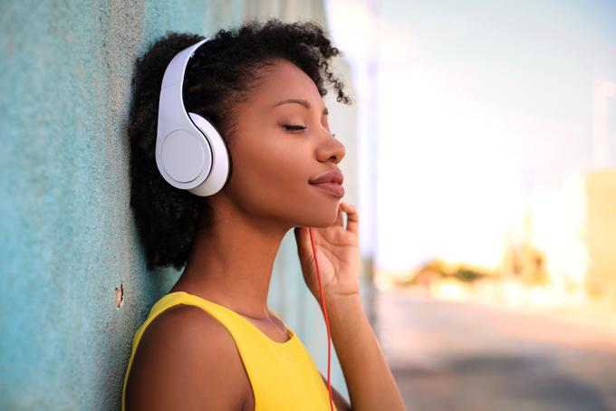 イヤフォンで音楽を聴く女性