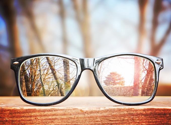 眼鏡を正面から見た画像