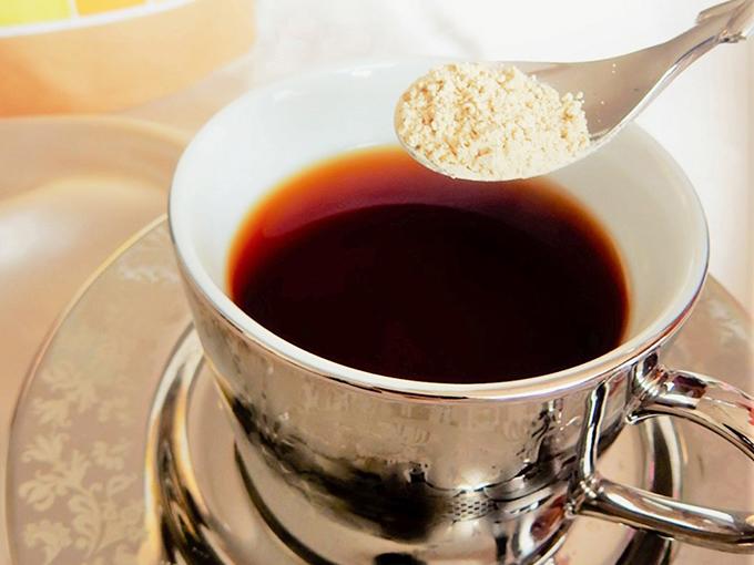 紅茶に粉末状の麹パウダーを入れる