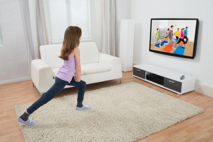 テレビを見ながらエクササイズする女性