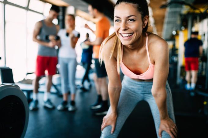 トレーニングしている笑顔の女性