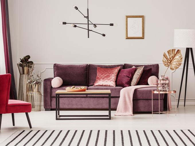 家具やソファに赤系を取り入れたエレガントな部屋