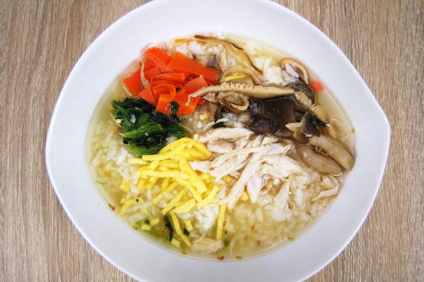 白い器に移したきのこの和風生姜スープごはん