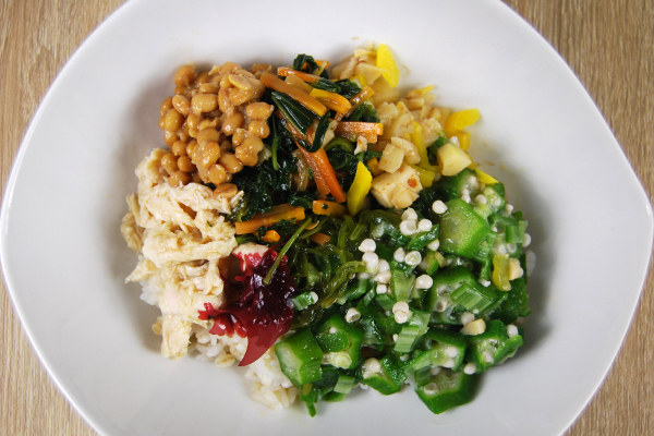 開封してお皿に取り出したネバネバ野菜をごはんの上にかけてある