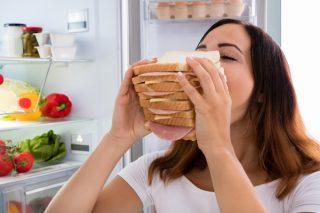 食べても食べても満足できないときに。食べ過ぎをリセットするツボ5選【鍼灸師が教えるお悩みケア】